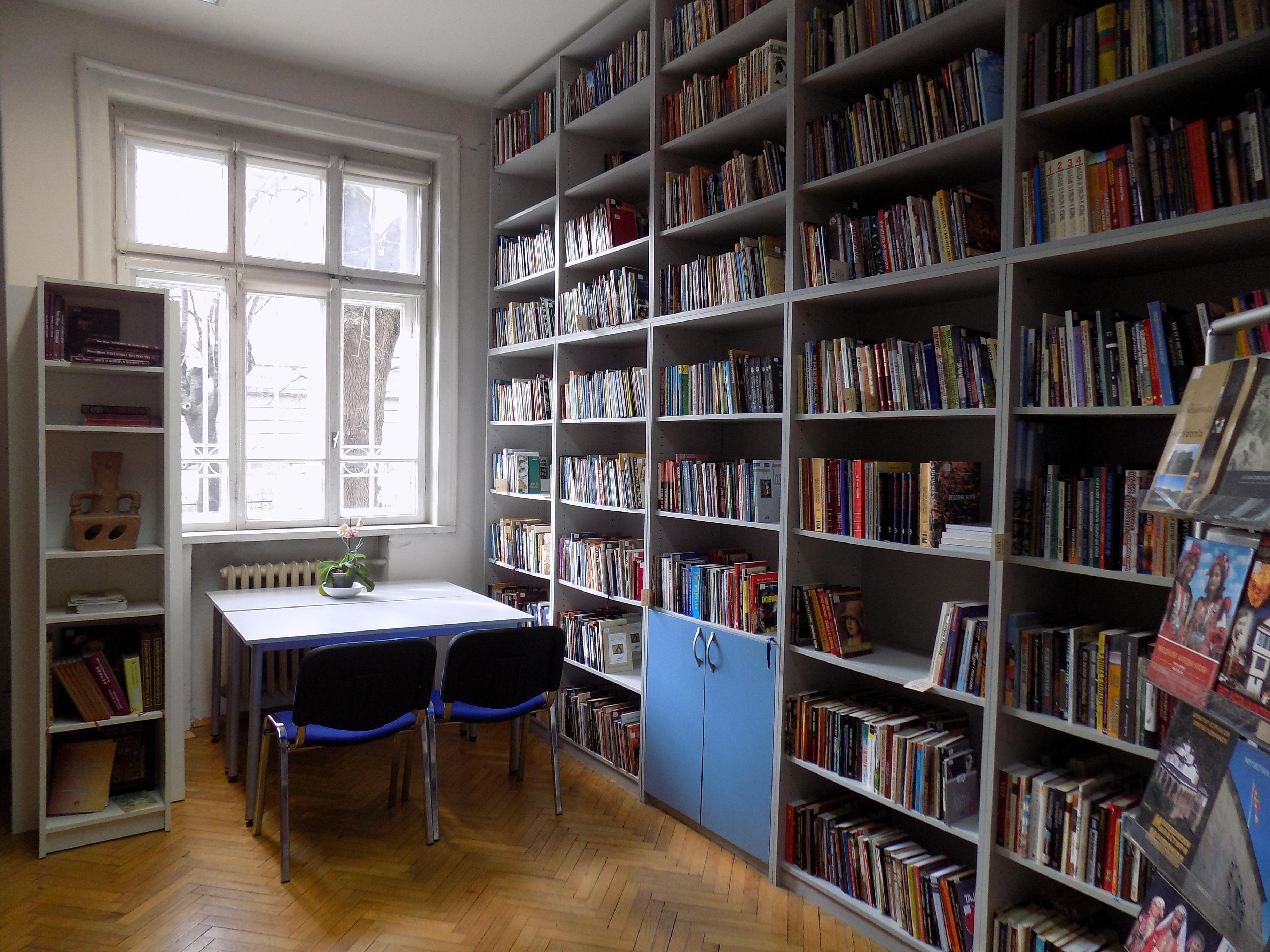 Фотографија од библиотеката на КИЦ на РСМ во Софија