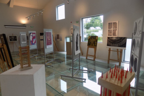 """""""Свързване"""" - изложба на плакат, живопис, графика, скулптура и прожекция на филма """"Последните камбани"""" на режисьора Николче Поповски (фотография)"""