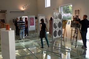 """""""Поврзување"""" - изложба на плакат, сликарство, графика, скулптура и проекција на филмот """"Последните камбани"""" на режисерот Николче Поповски (фотографија)"""