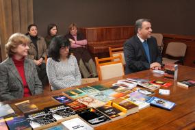 ултурно-информативниот Центар на Р. Македонија во софија подари 100 книги од македонски автори на Националната библиотека во Софија (снимка)