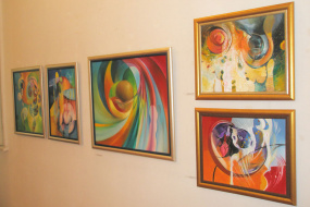 """Тони Шулајковски, проект: """"Моќта на звукот"""" изложба на слики, изложбата ја отвори современиот бугарски поет и сликар Роман Кисјов (фотографија)"""