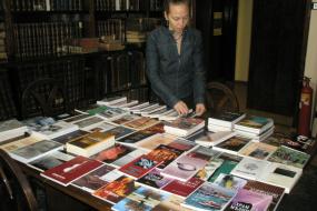 Поклонување на книги (снимка)